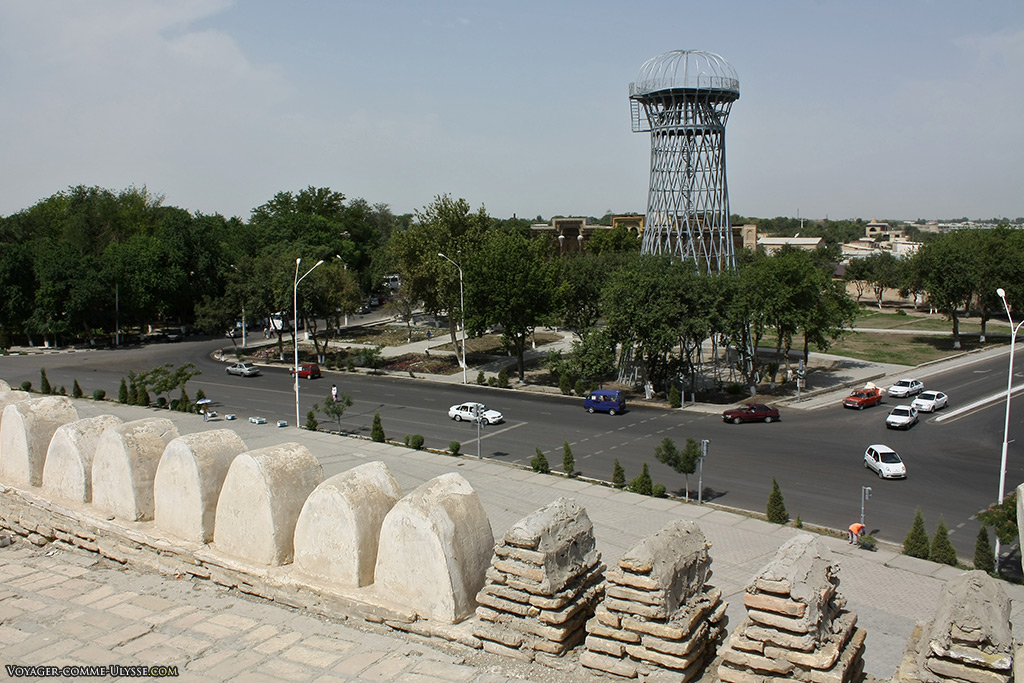 Les créneaux des remparts partiellement restaurés permettent de voir leur méthode de construction, avant de crépir. Derrière la construction métallique, on aperçoit au loin la mosquée Bolo Haouz.