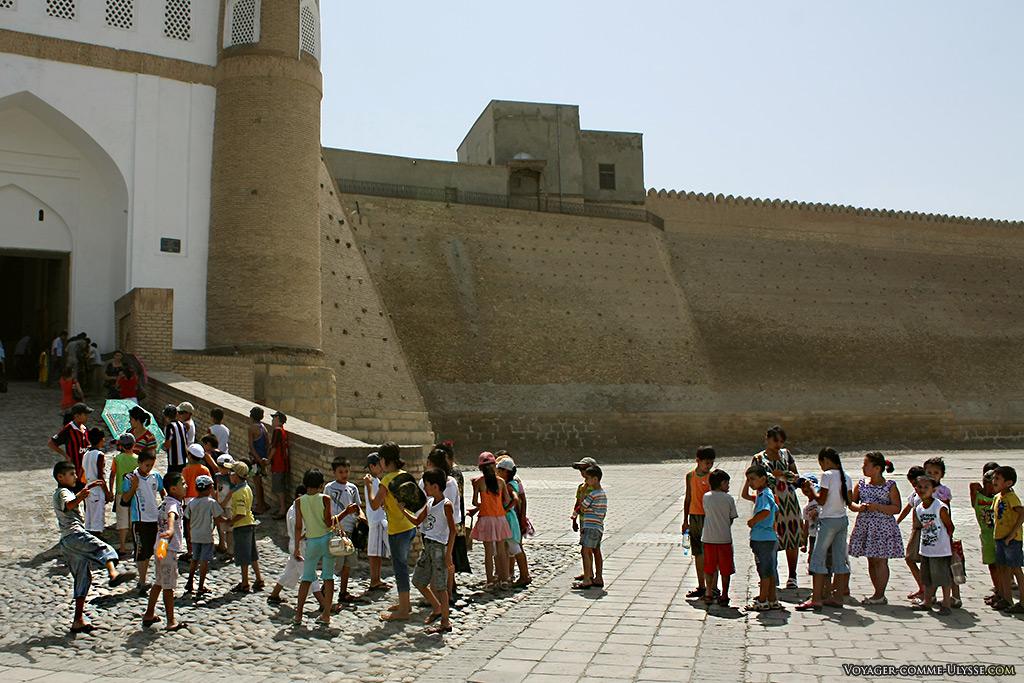 La porte principale et ses deux tours. Ce jour là, nous étions avec des enfants en pleine visite scolaire de leur patrimoine.