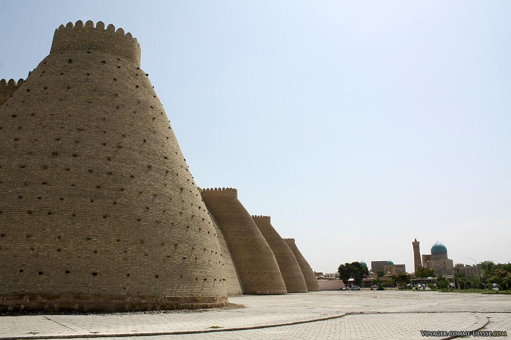Les tours et les remparts de la forteresse. On aperçoit au fond le complexe de Po-i-Kalon et son minaret.