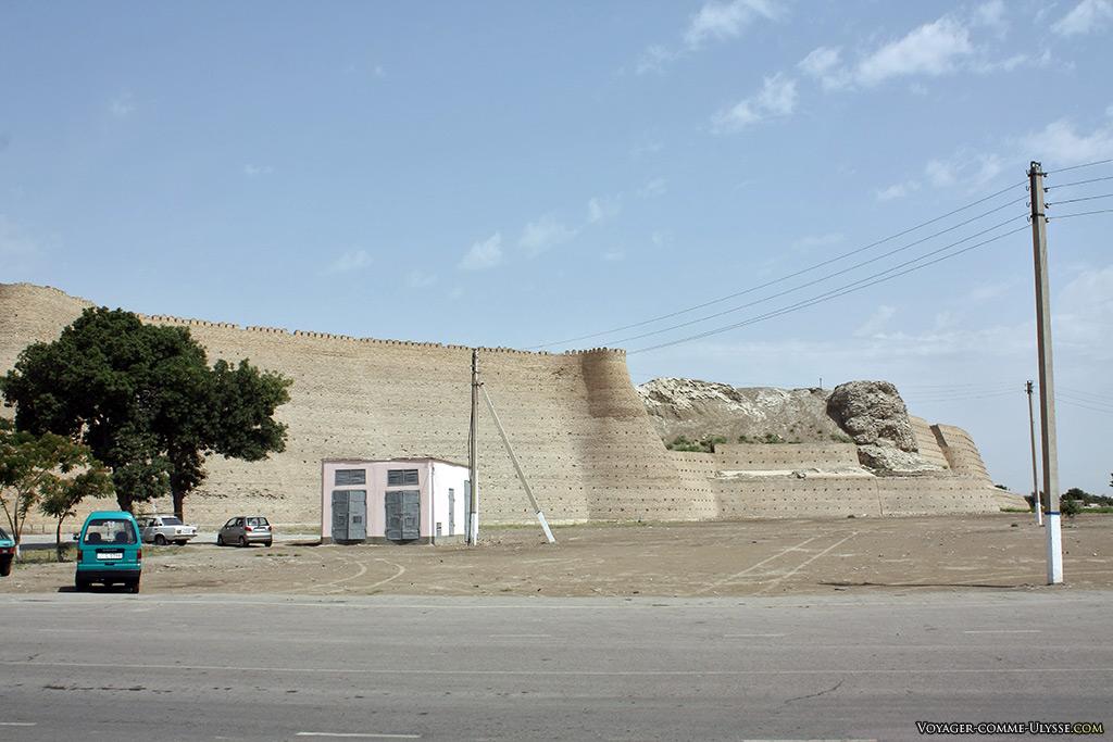 Derrière les murailles restaurées, la citadelle qui reste à explorer et découvrir par les archéologues.