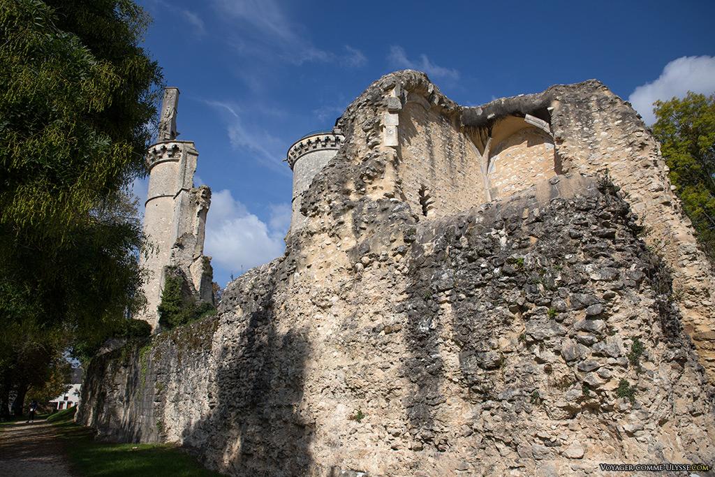 Il fallut tout de même 25 ans de destruction continue pour réduire le château à l'état de ruine actuel.