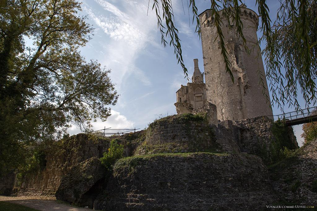 Ruines des anciennes fortifications du château.