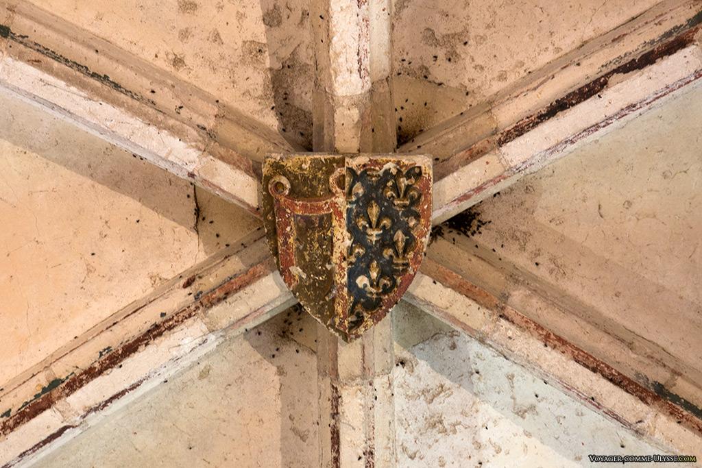 Ce blason, placé sur la clé de voûte d'une salle du donjon, a conservé ses couleurs.