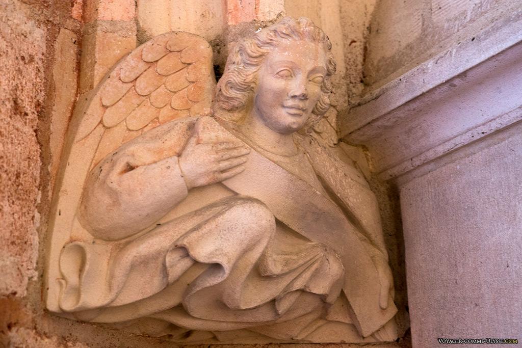 Sculpture tête d'Ange, dans la salle des anges du donjon.