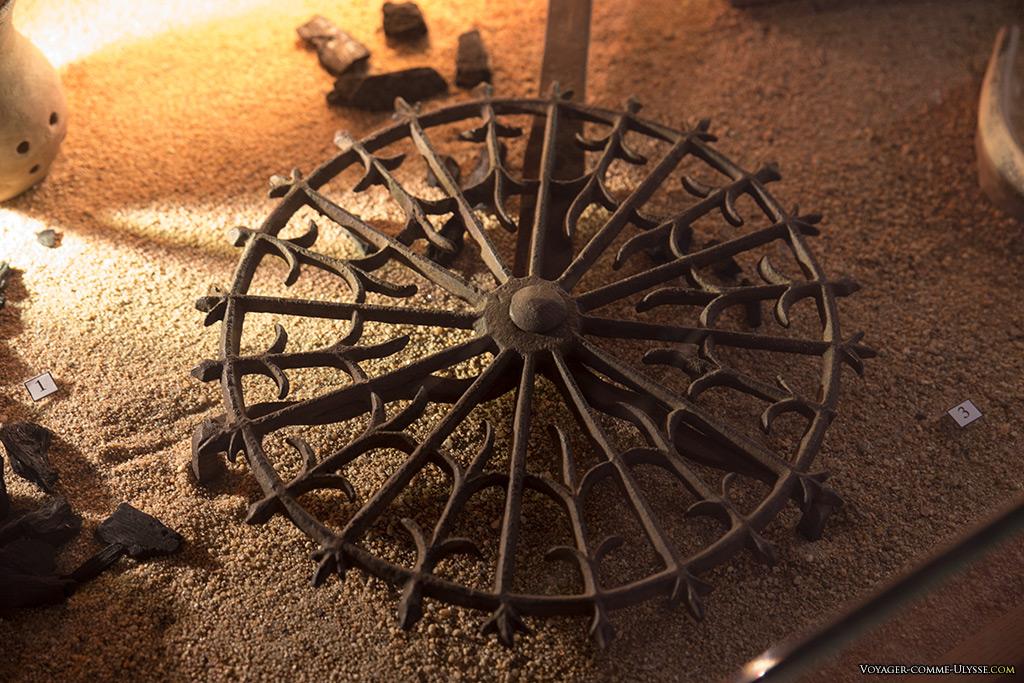 Dans le musée Charles VII, nous pouvons y voir des objets du quotidien médiéval, comme ici ce plateau tournant pour les grillades.