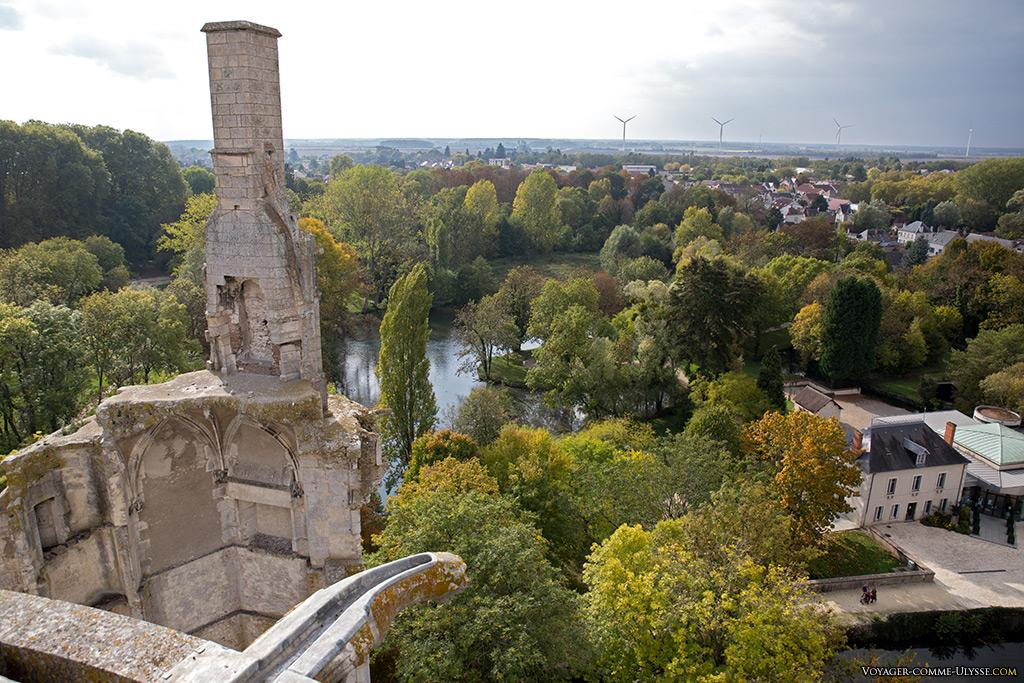 Derrière la grande cheminée de la tour en ruines, les Jardins du Duc de Berry. Sur l'horizon, des éoliennes. Vivement qu'on puisse les installer en pleine mer, plutôt que de les avoir sur nos paysages!