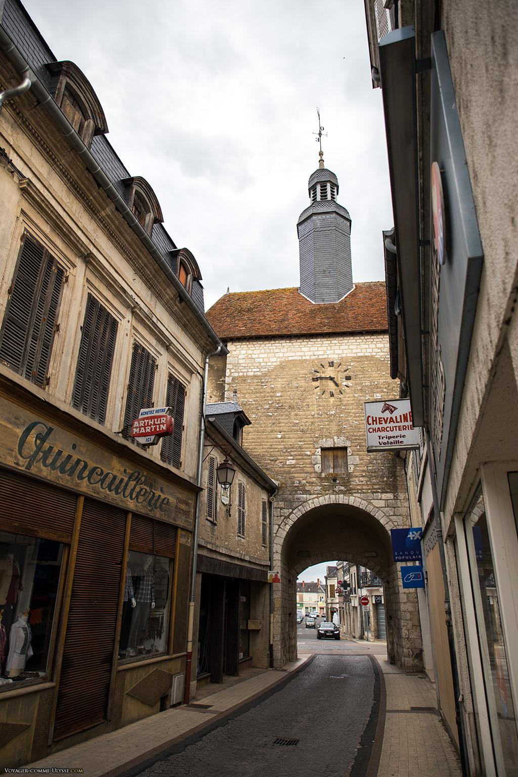 La Porte de l'Horloge, mais vue cette fois-ci de l'intérieur de la ville. Regardez la boutique à gauche, est-ce vraiment une quincaillerie?