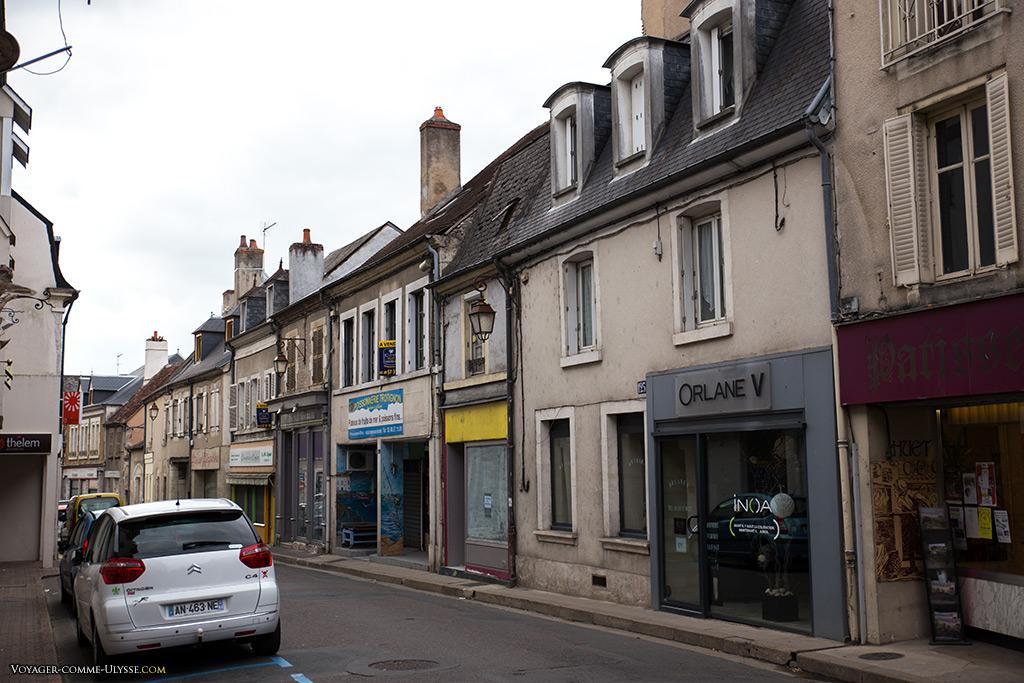 Les immeubles sont bas, ce qui explique en grande partie la tranquillité des rues. Avec moins de gens concentrés au même endroit, tout est plus simple!