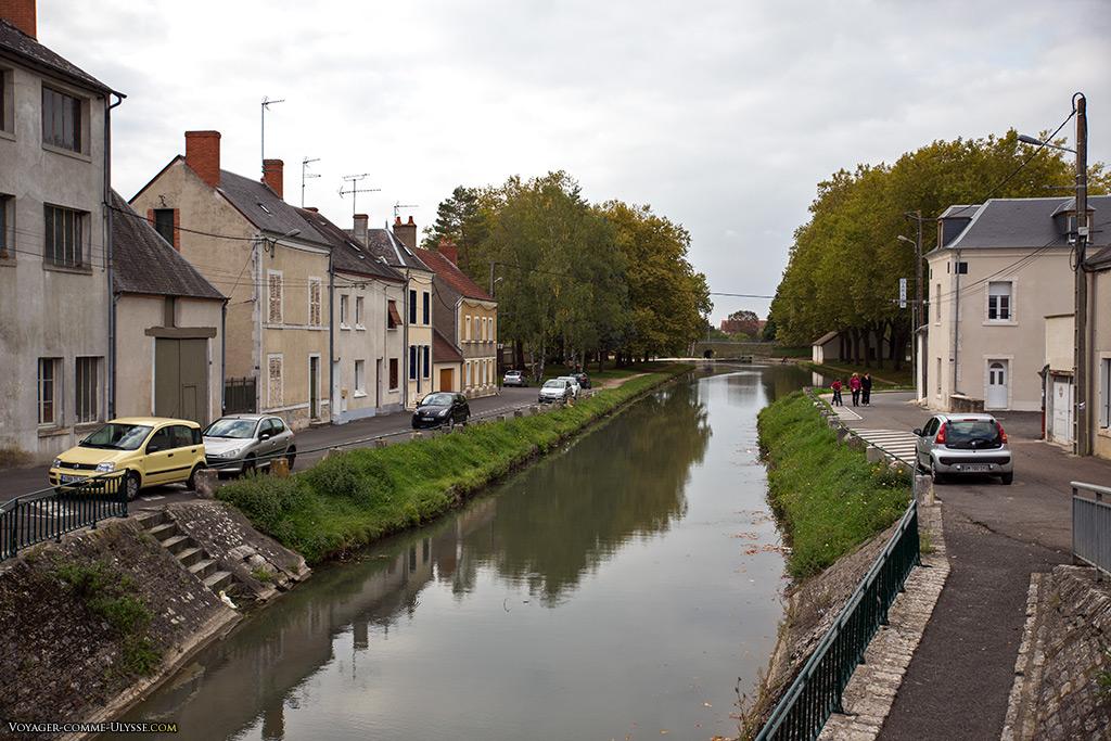 Le canal de Berry à Mehun-sur-Yèvre.