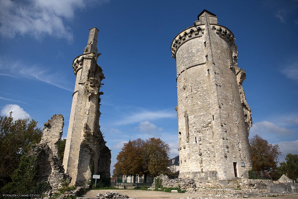 A gauche, vestiges de la tour Ouest. A droite, le donjon.