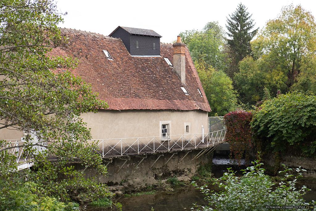 Une maison dans l'Yèvre et les Jardins du Duc.