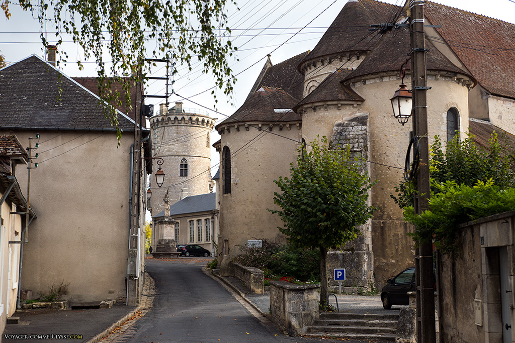 La Collégiale à droite, toute proche du Château. On distingue au milieu la statue de Jeanne d'Arc.