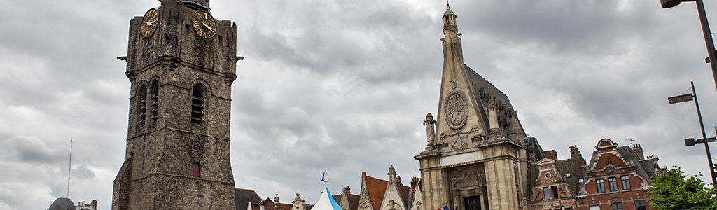 La Grand Place de Béthune et son beffroi