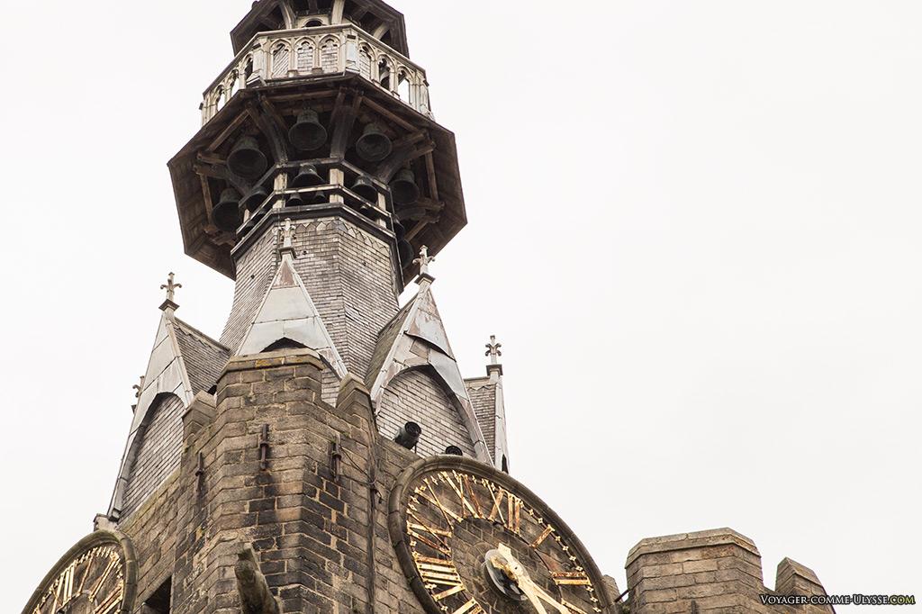 Le carillon du beffroi dans son campanile.