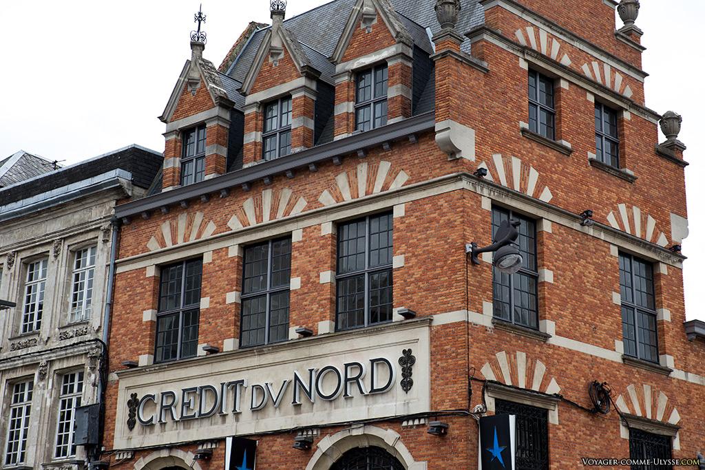 L'immeuble de briques du Crédit du Nord.