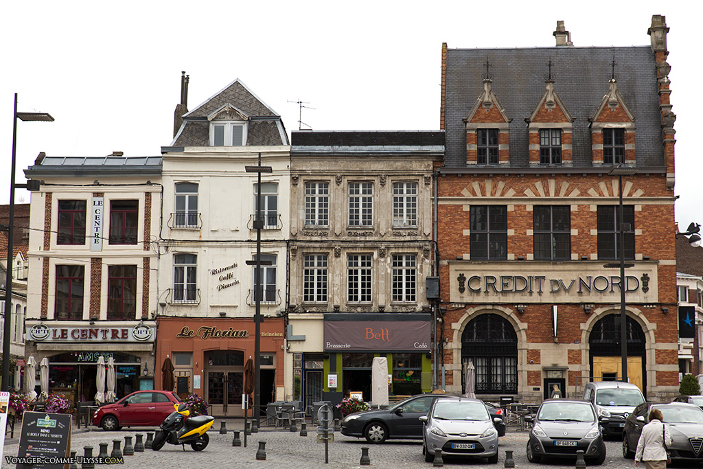 Ces immeubles nous donnent un aspect de ce qu'avait pu être la Grand Place avant la Grande Guerre.