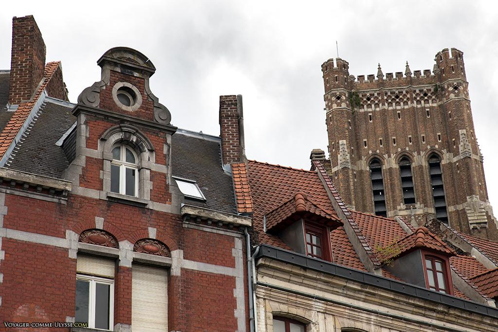 L'église Saint Vaast est toute proche, juste après la rue du Carillon qui part de la Grand Place.