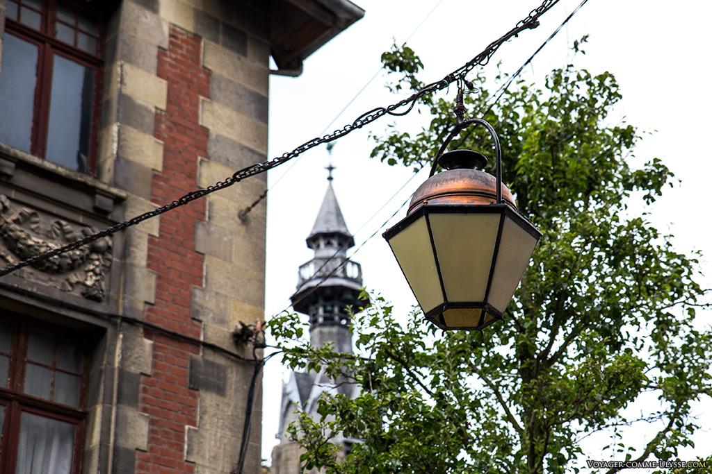 Lampadaires suspendus, rue Grosse Tête à l'entrée de la Grand Place. Les lampadaires modernes, à LEDs, sont plus économiques, mais certainement moins esthétiques!