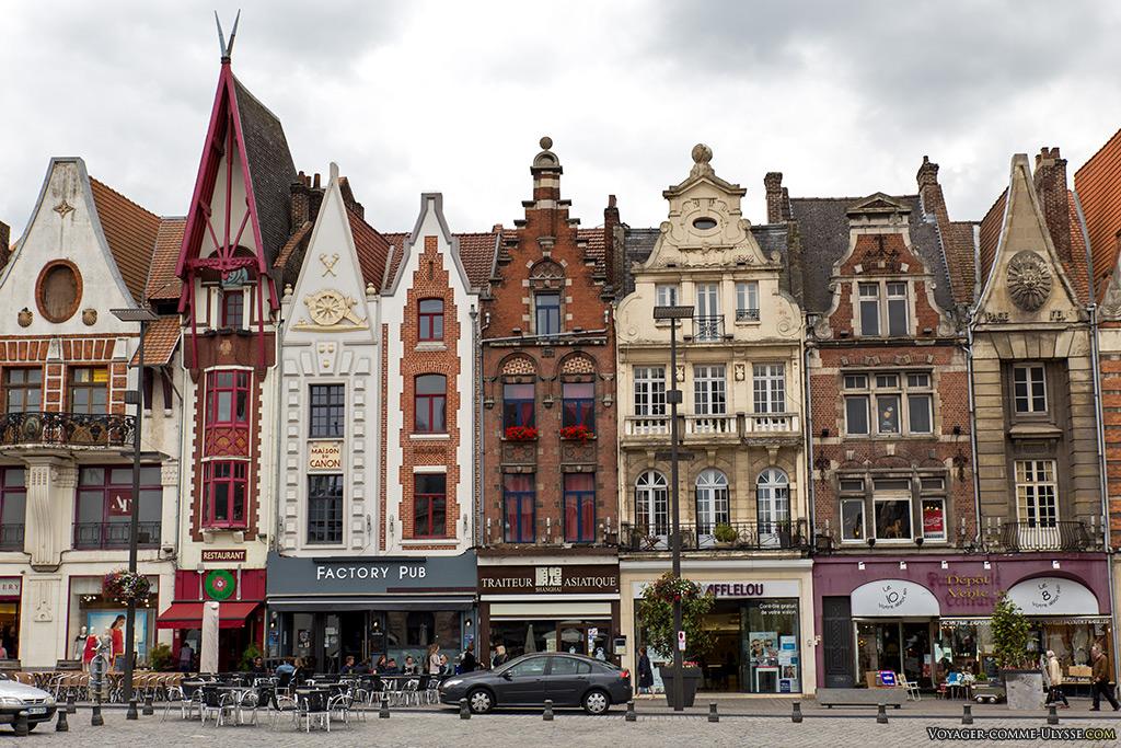 Sur cette photo, on peut voir trois maisons, toutes oeuvres de Jacques Alleman, avec de gauche à droite : la maison du blanc et son balcon en fer forgé, la maison du grain, la plus étroite de la place, qu'on reconnait entre mille avec sa toiture très pointue et à ses cotés, la maison du canon, qui abritait autrefois une armurerie. Tout à droite, la maison Pace Felix
