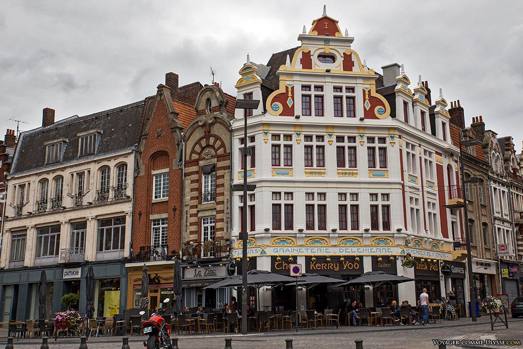 L'ancienne graineterie Delepierre, aujourd'hui devenu un pub, continuait en quelque sorte la tradition du marché aux graines. Sa belle façade colorée se réfère à la Renaissance flamande.