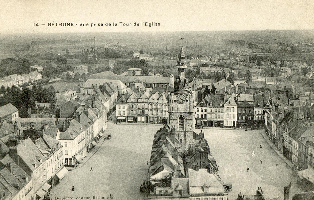 Panorama de la Grand Place avant sa destruction. Le beffroi est entouré d'habitations.