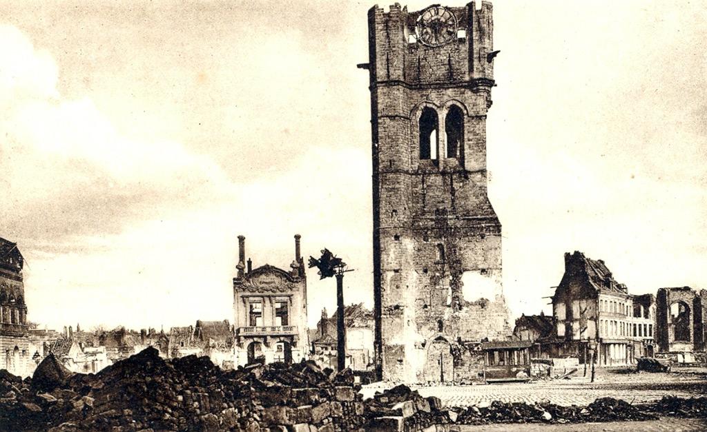 La Grand Place, à 90% ruinée juste après la Grande Guerre. Le beffroi, sérieusement endommagé, est encore debout.