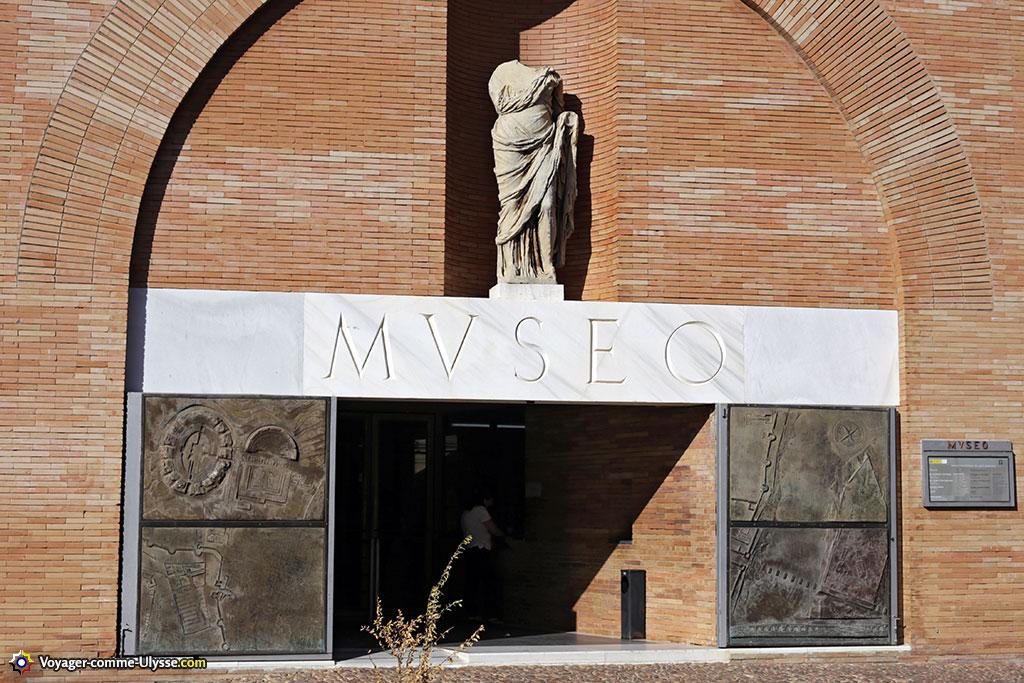 L'entrée principale du musée, avec ses portes de bronze sculptées par Francisco Lopez et sa statue romaine au dessus.