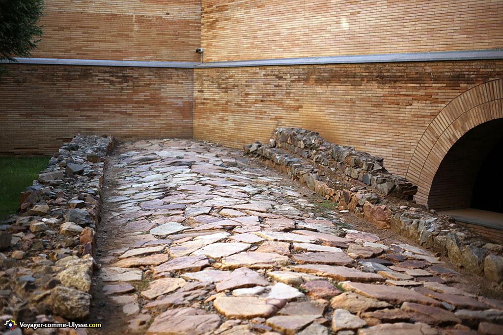 Chaussée romaine, encore visible au musée.