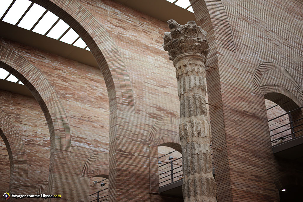 L'inspiration romaine est flagrante, avec le choix de la brique et des arcades.