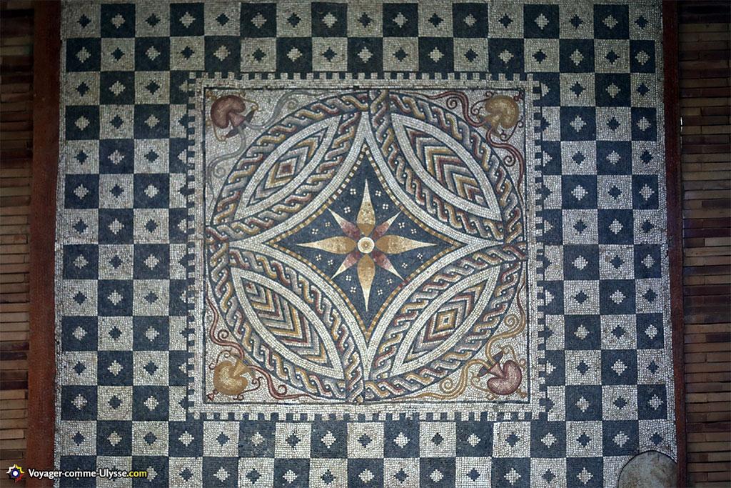 Mosaïque géométrique du IVème siècle, retrouvée dans une villa à 18 km de Mérida, sur la route qui allait à Lisbonne.