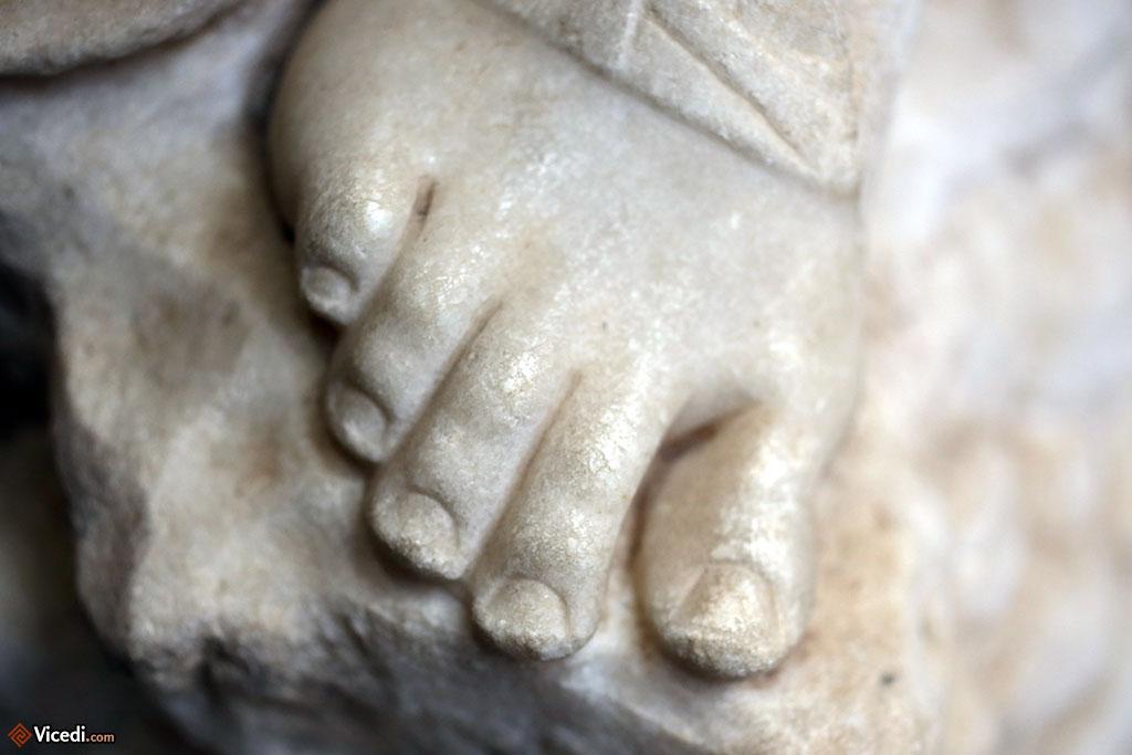Détail d'un pied d'une statue.