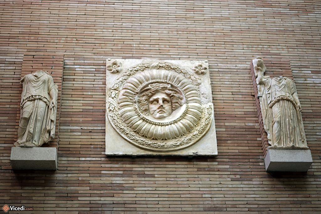 Au centre, une méduse du portique du forum municipal d'Augusta Emerita.