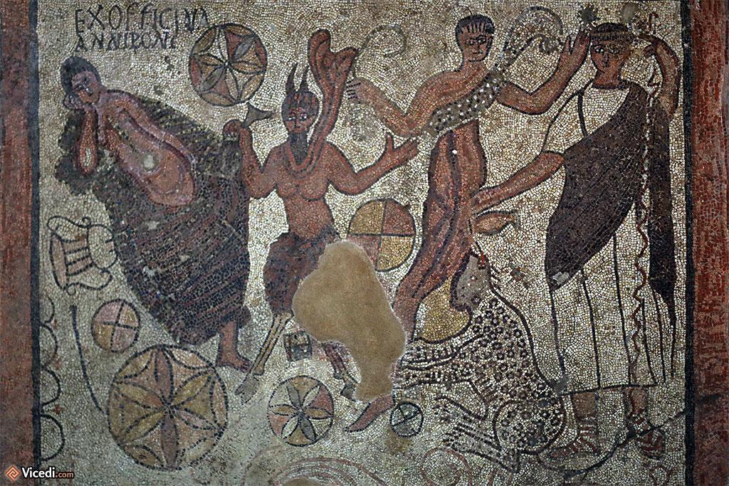 Mosaïque de Bacchus et Ariane. Le dieu Pan déshabille Ariane, afin qu'elle puisse être contemplée par Bacchus.