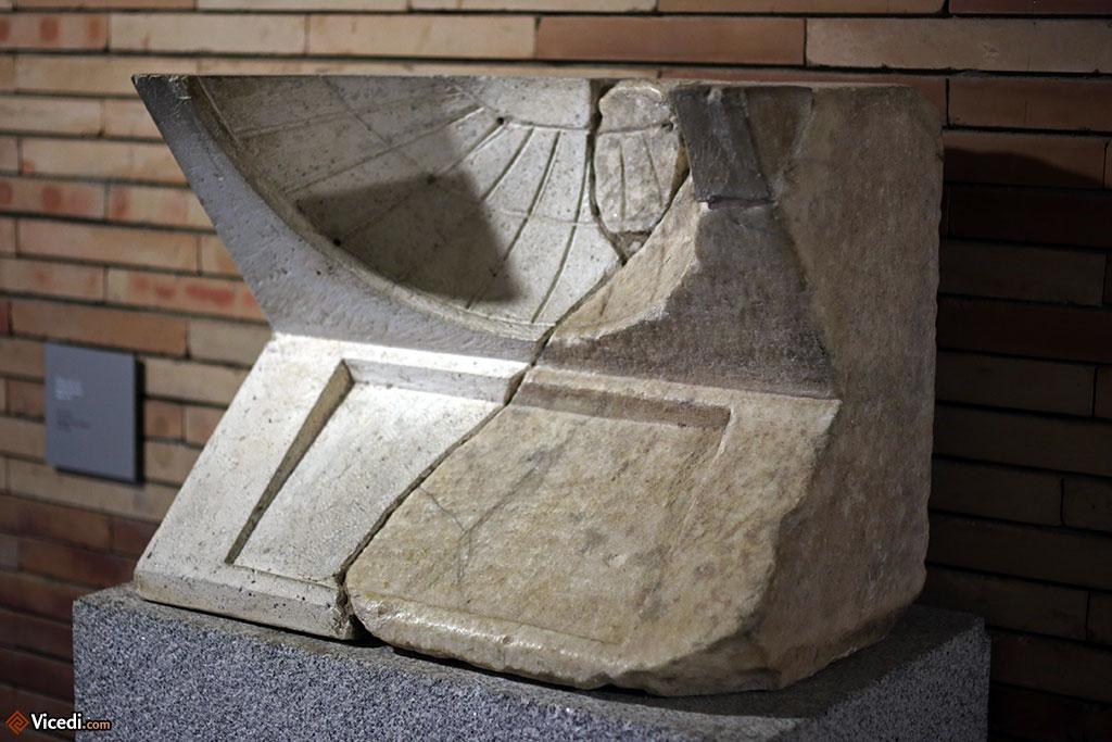 Cadran solaire du péristyle du théâtre romain.