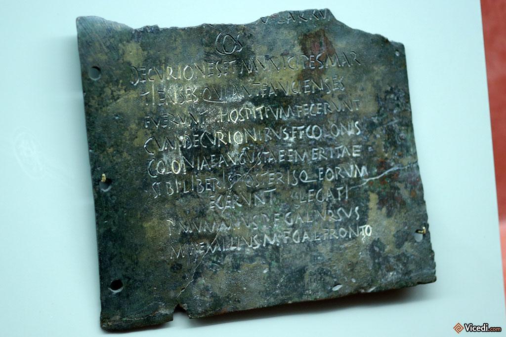 Tablette de bronze, où sont inscrites les lois locales.