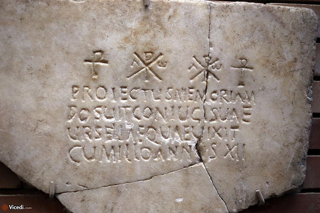 Les débuts du christianisme sont visibles sur cette inscription.