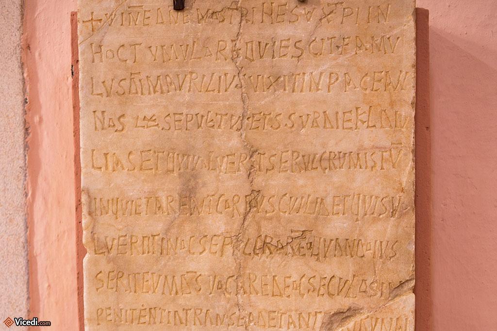 Pierre tombale de Maurilio. L'inscription prévient celui qui voudrait violer la tombe qu'il sera maudit.