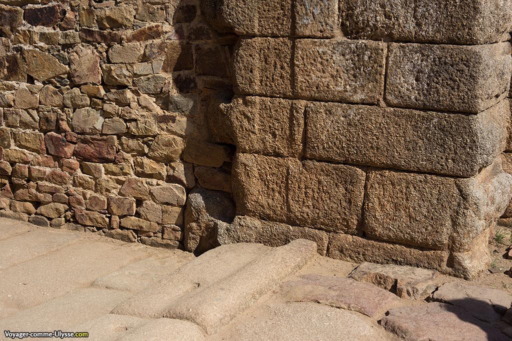 On distingue nettement les marques des anciennes portes.