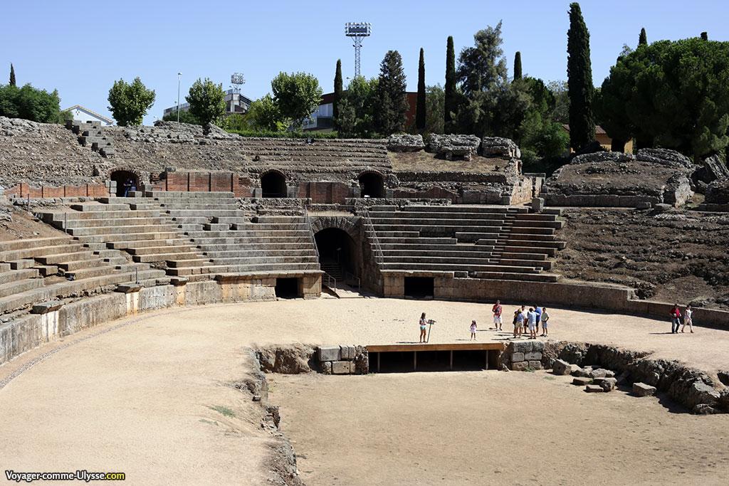 Au centre, l'arène, entourée des gradins. Le trou au milieu de l'arène était a priori est devait servir à abriter les mécanismes intervenant dans les spectacles.