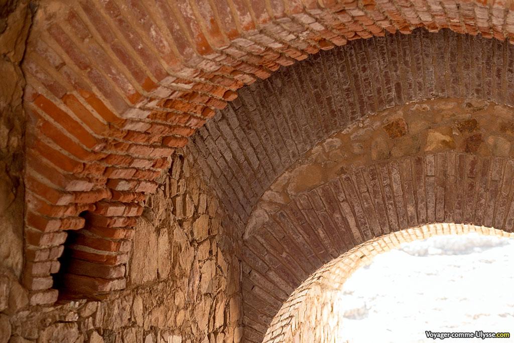 Détail des arcs de brique au dessus d'une des entrées.