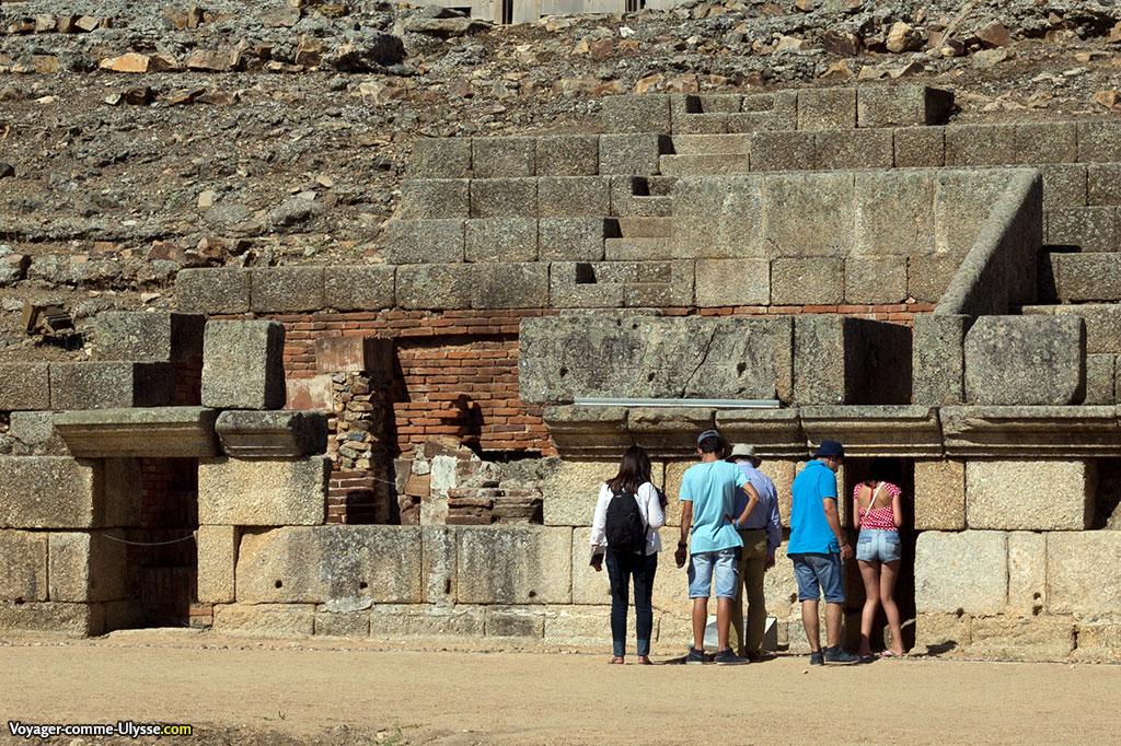 L'amphithéâtre, adossé à une colline, utilise deux matériaux essentiels : la brique et la pierre.