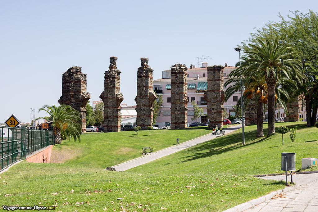 Le jardin autour de l'aqueduc est un lieu de promenade apprécié. Il est aujourd'hui traversé par une voie ferrée, la gare de Mérida étant toute proche.