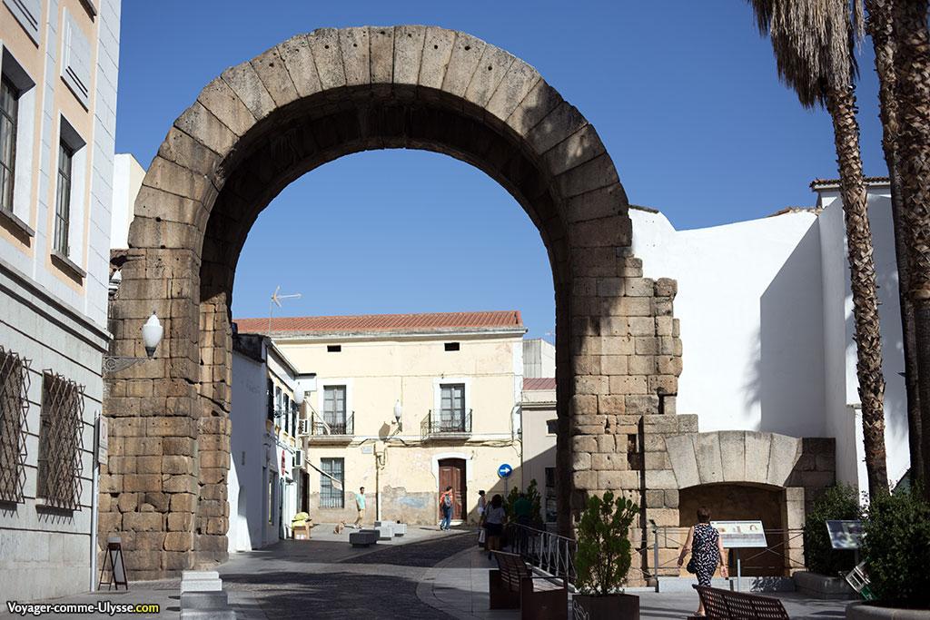 Arc de Trajan, vu du forum. On note la petite porte latérale, aujourd'hui murée, qui devait servir aux piétons.