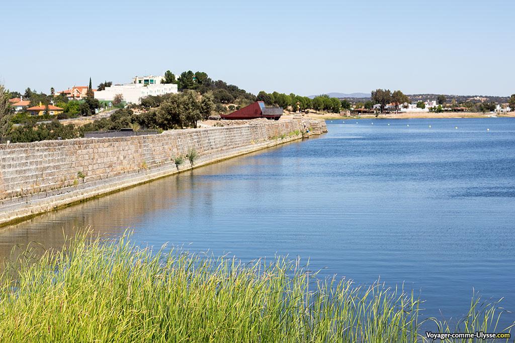 A gauche, le barrage, toujours en place après deux millénaires. C'est un endroit très apprécié des habitants de la région.