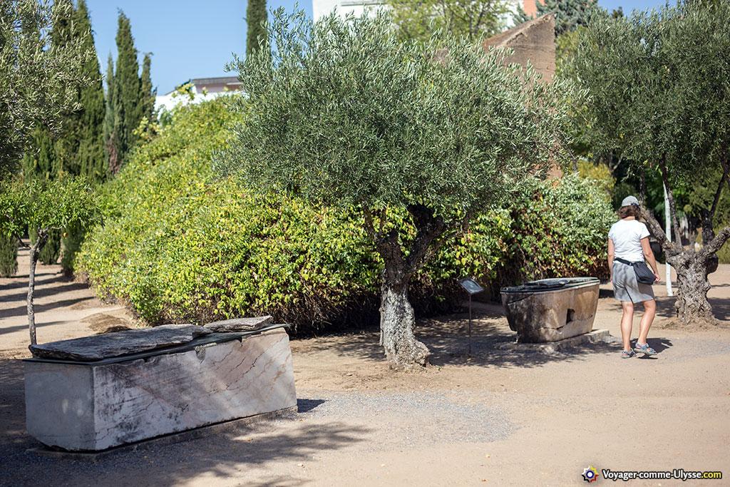 Les différents tombeaux, sarcophages et autres mausolées étaient en fait disposés des deux cotés d'une voie romaine, à l'extérieur de la ville.