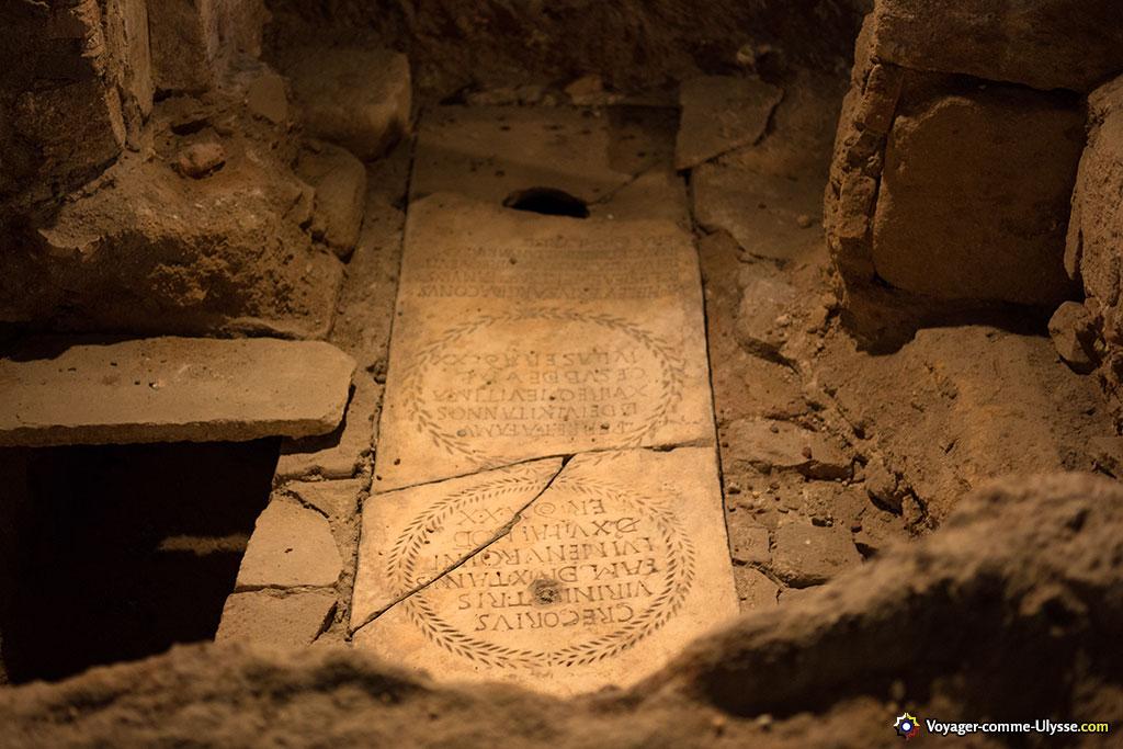 Un des tombeaux de la crypte.