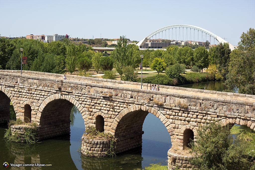 Le pont romain avec, en arrière-plan, le pont Lusitania. 2000 ans les séparent.