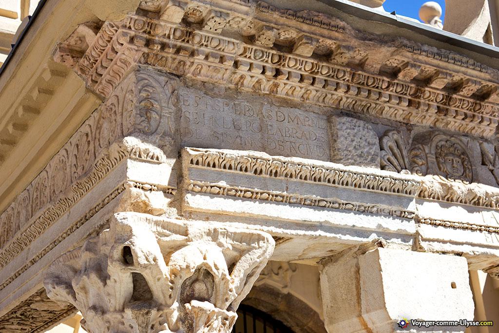 La récupération des éléments antiques est compréhensible, au vu de leur beauté.