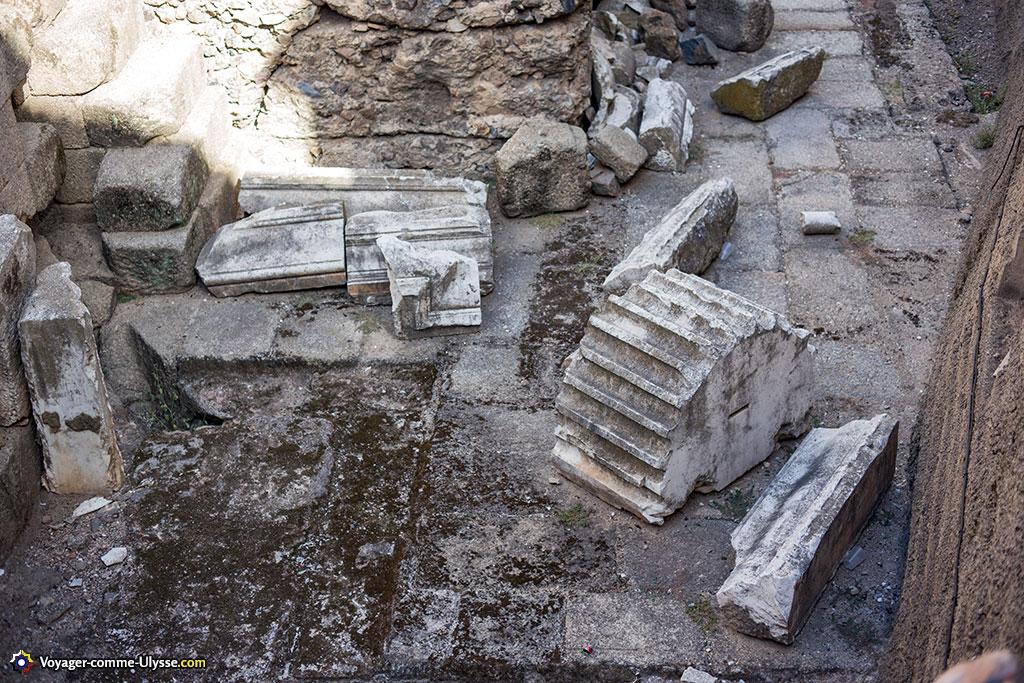 Bon nombre de monuments reconstruits se trouvaient dans cet état lorsque les archéologues les ont retrouvés. Ici, ce sont les restes d'un temple dédié au culte impérial.
