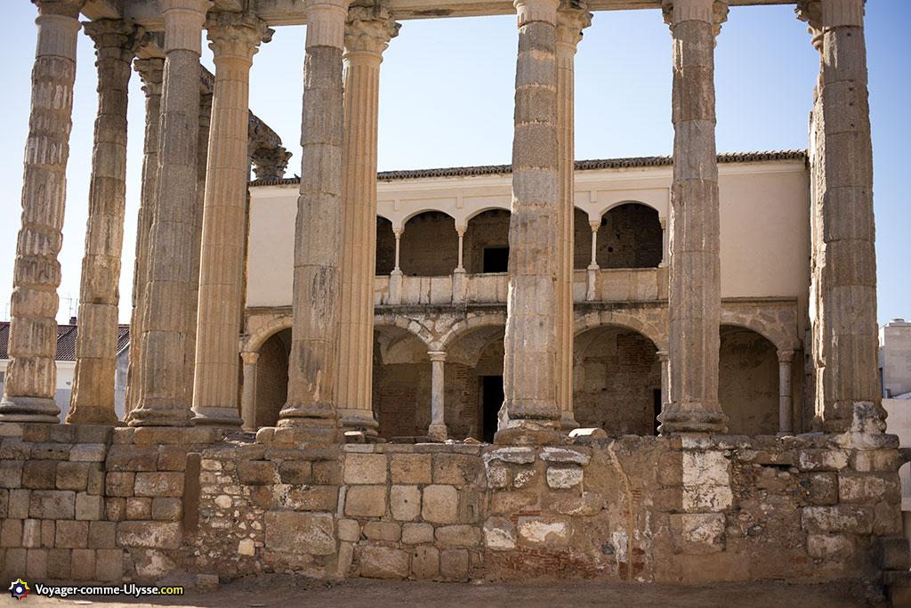 Le palais des comtes, construit dans le temple.
